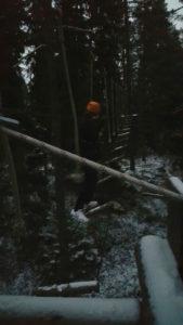 Jesse Kuparinen haastoi pimeydessä lumisen radan.